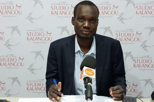 Le présentateur du journal en français sur le plateau du Studio Kalangou