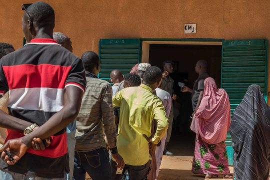 Des électeurs en attente devant un bureau de vote