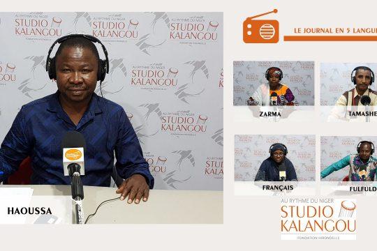 Les présentateurs des journaux sur le plateau du Studio Kalangou
