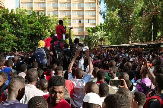 Sit-in des étudiants de l'Université Abdou dans l'enceinte du ministère de l'enseignement supérieur, le 13 octobre 2021.