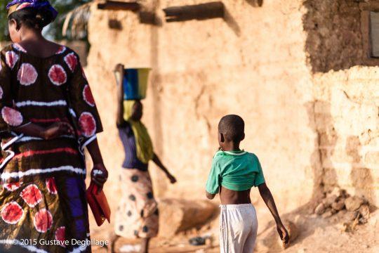 Une femme et un enfant marchant dans une ruelle de la commune rurale de Liboré, dans le département de Kollo, le 5 janvier 2015.