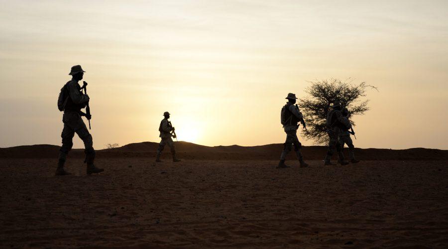 Les soldats sénégalais réagissent au contact au cours de la formation le 14 avril 2018 à Tahoua au cours de Flintlock 2018. Flintlock 2018, hébergé par le Niger, avec des postes clés au Burkina Faso et au Sénégal, est conçu pour renforcer la capacité des principaux pays partenaires de la région à lutter contre les extrémistes violents organisations, protéger leurs frontières et assurer la sécurité de leur population. (U.S. Photo de l'armée par la CPS. Britany A. Slessman)