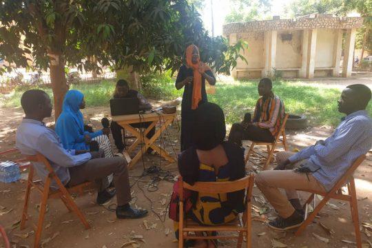 """Les invités de l'émission """"Tous à la fada"""" à l'université de Niamey avec la présentatrice."""