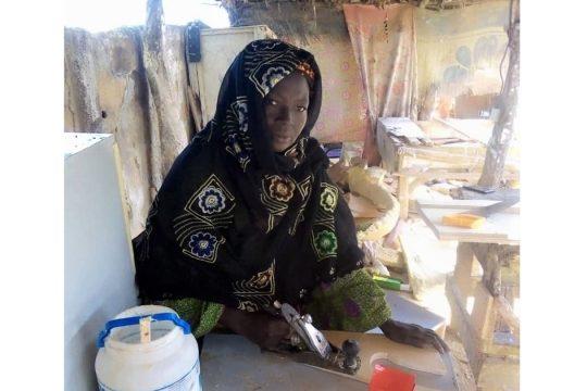 Madame Aichatou Manou sur son atelier de menuiserie