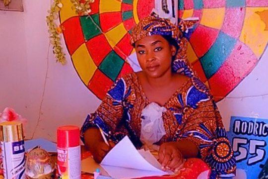 Zeynab Nomao assise sur son plan de travail.