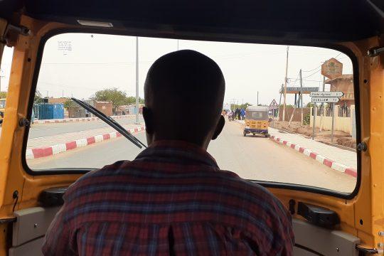 Un conducteur de tricycle en circulation dans la ville de Tillabery.