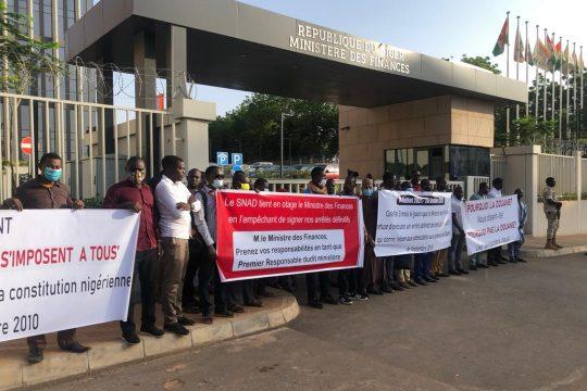 Sit-In des candidats admissibles au concours des douanes devant le ministère des finances.
