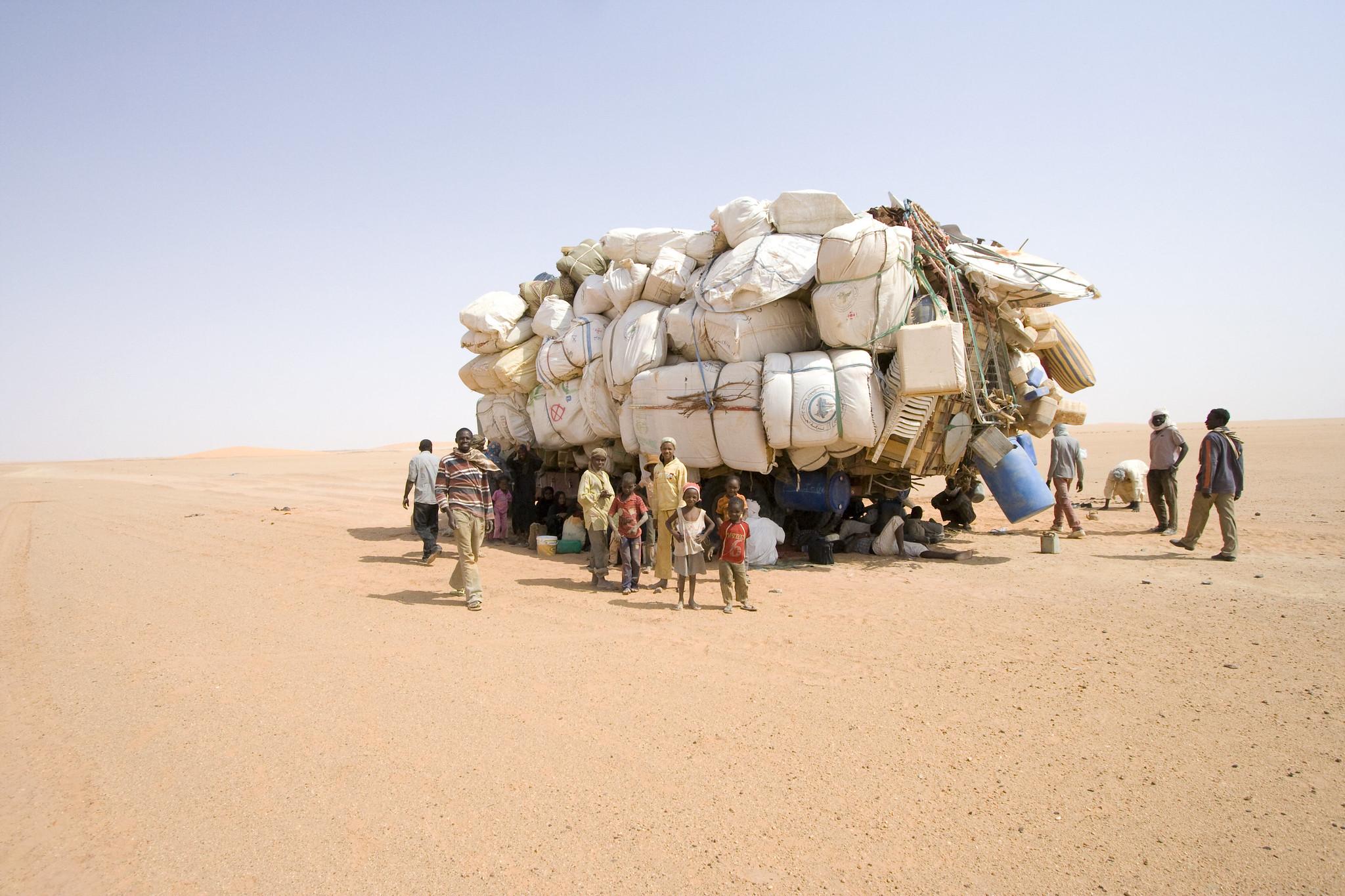 Reportage sur la traversée du désert par des migrants en partance vers le Maghreb